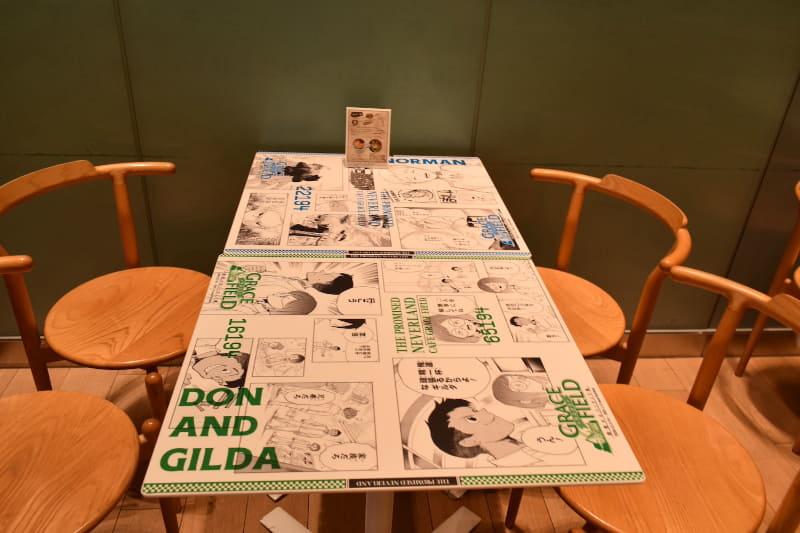 テーブルには各キャラクターたちの名シーンが飾られている