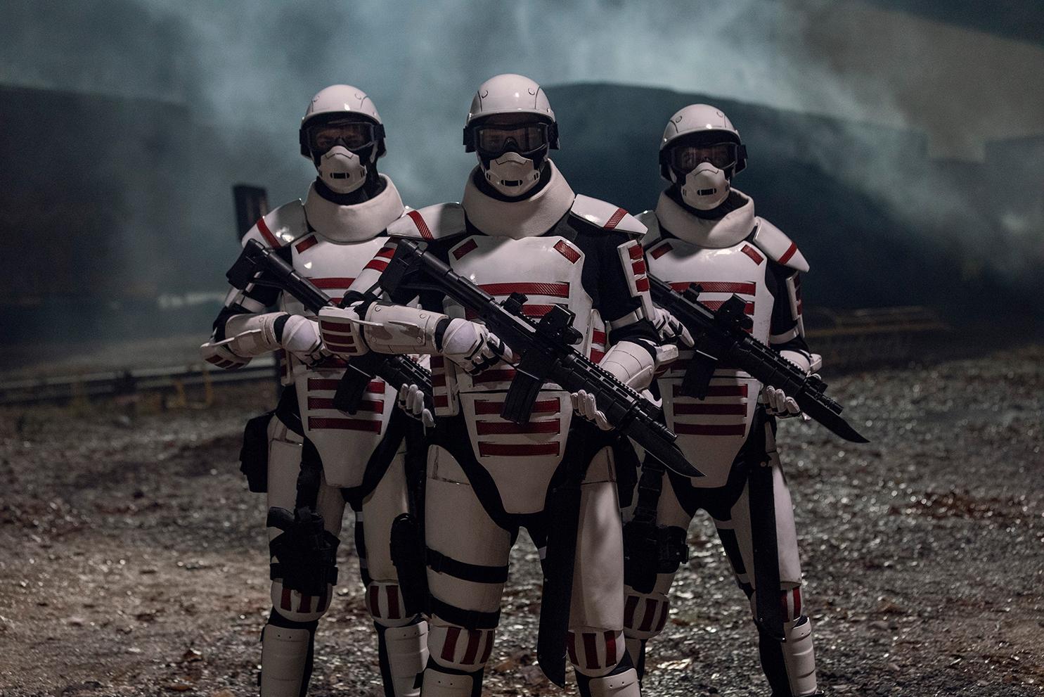 「ユージーン」たちが白いユニフォームで武装した人々に取り囲まれてしまう