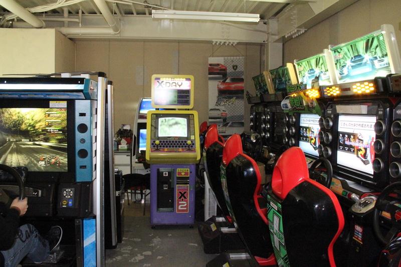 店内には、数多くの大型筐体ゲームが配置されていた。ドライブゲームがメインではあるが、「アイドルマスター(ナムコ、2005年)」や「恋愛寿命+肉体寿命 X-DAY2(ナムコ、1995年)」、オーナーが個人的に遊びたいために入れているという「バーチャファイター3(セガ、1996年)」なども見える