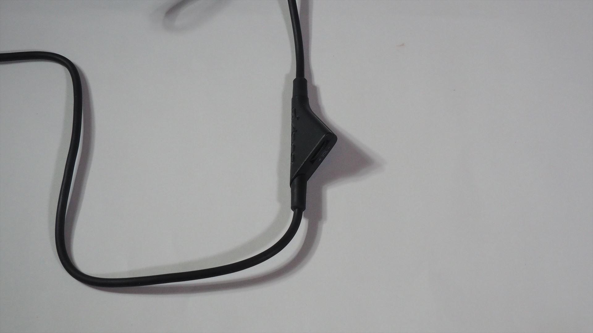 インライン音量コントロールケーブルは途中に音量コントロールつまみが用意されている