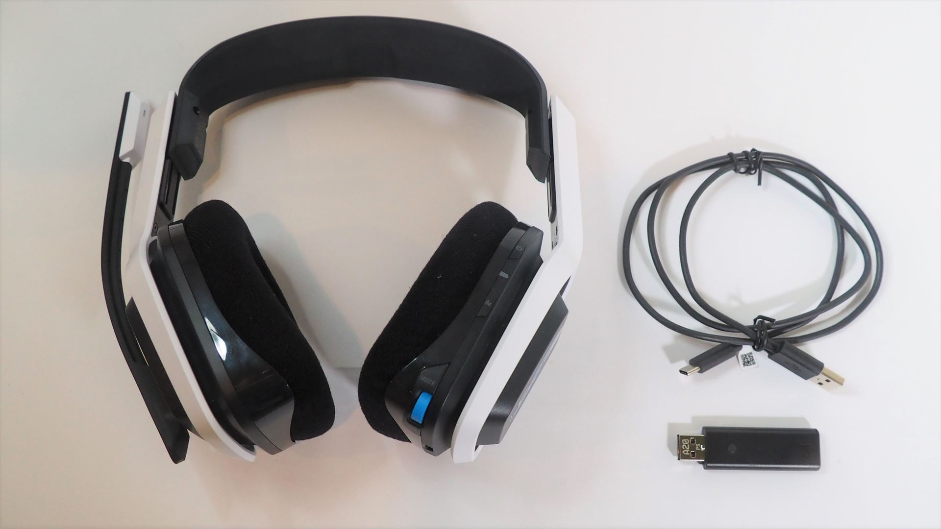 A20 WIRELESSのパッケージの中には、A20 WIRELESS本体とUSBトランスミッター、USB-AーUSB-Cケーブルが入っている