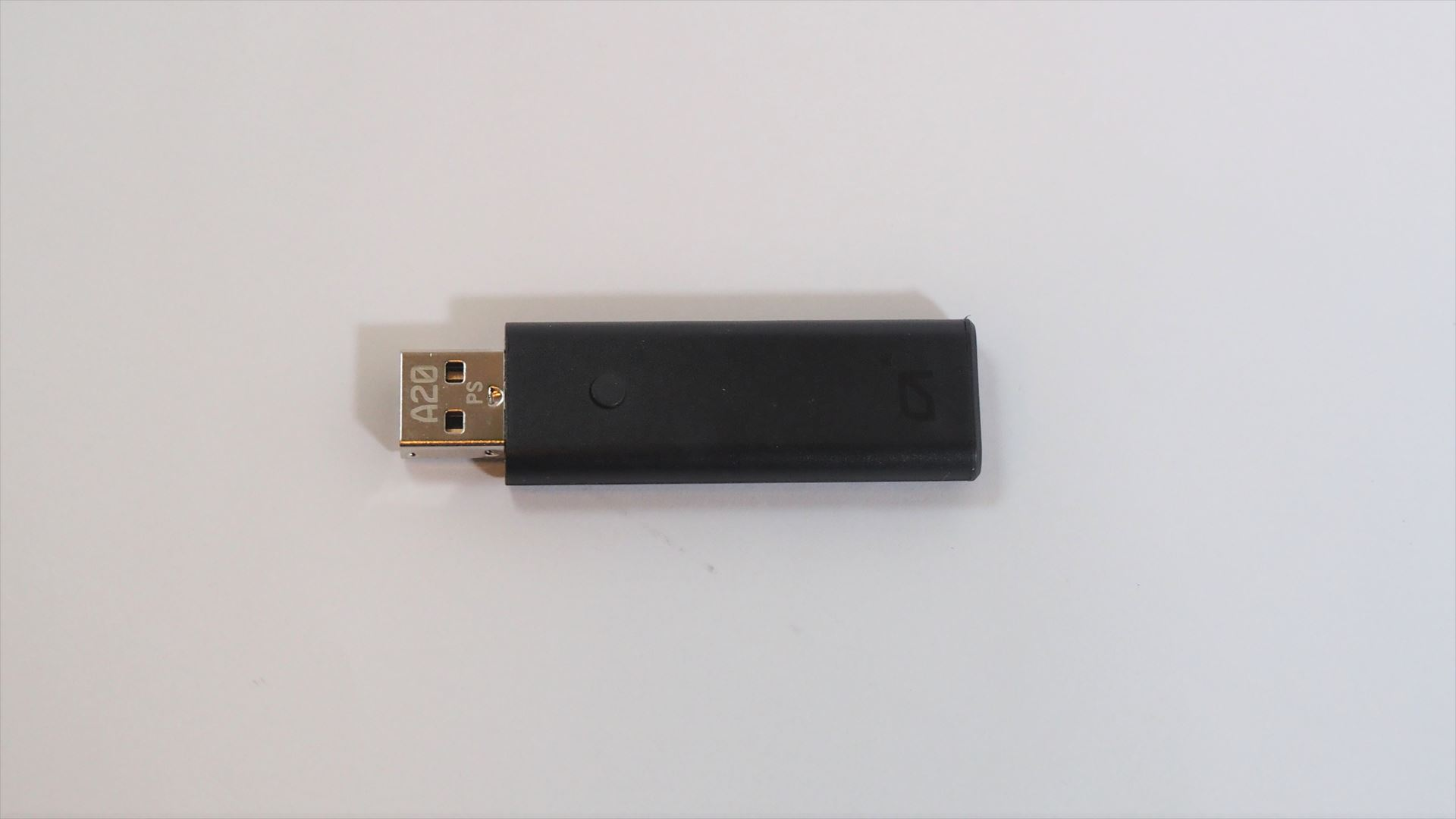 USBトランスミッター。モードを切り替えるためのマルチファンクションボタンが用意されている