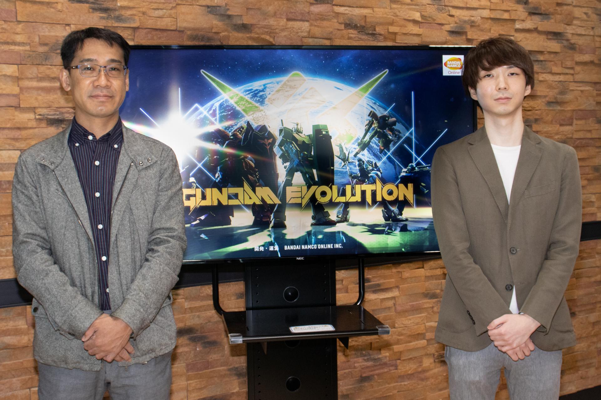 バンダイナムコオンライン「GUNDAM EVOLUTION」プロデューサー丸山和也氏(左)と、バトルディレクター穂垣亮多氏(右)
