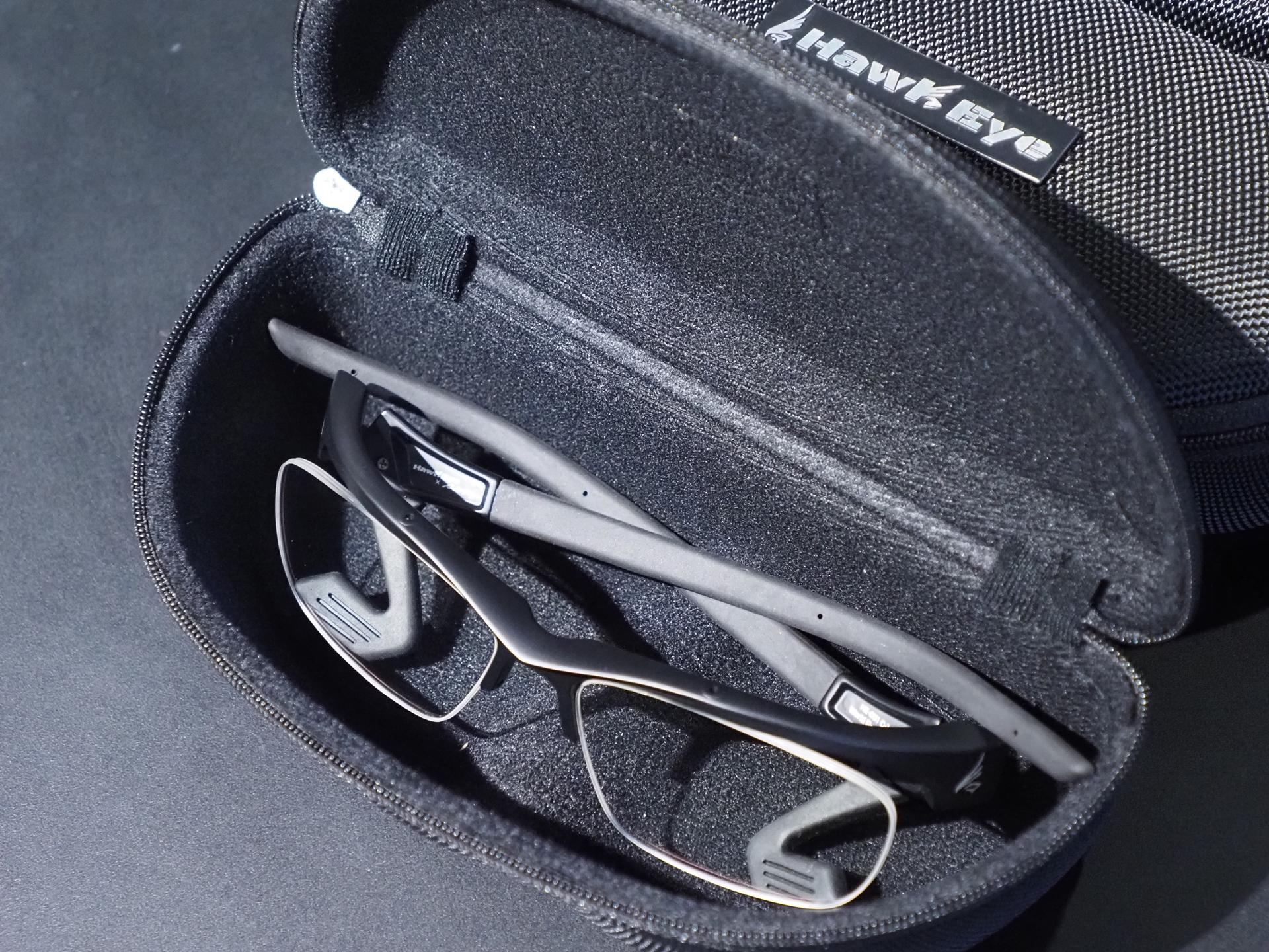 「HawkEye」には本体のほか、この専用セミハードケース、さらにレンズの汚れを落とし、曇り止め効果を付加するレンズクロスが付属する