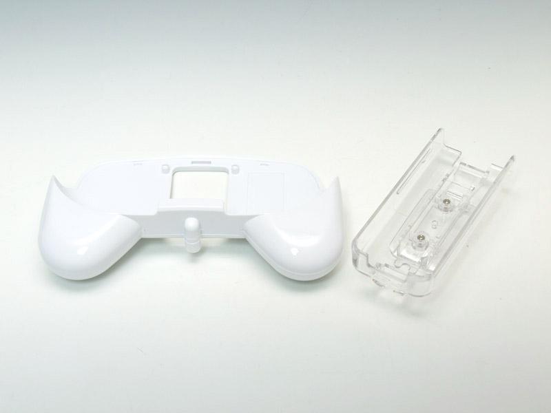 左がクラシックコントローラと組み合わせるグリップパーツ、右がWiiリモコンを装着するホルダーのパーツだ