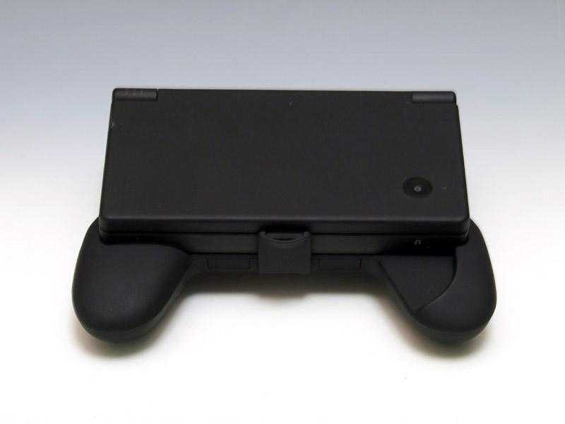 背面にはDSカードとSDカードを収納する機能を搭載。開閉式のフタを開き、押し出すようにして取り出す。このフタは、角度をつけて立てることで、スタンドのついたてになる