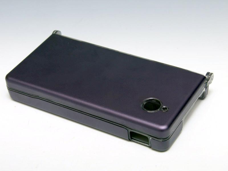 アルミ素材で表面を覆ったプロテクトケースグッズ。ガンメタリックは少し紫がかったような色合いをしている
