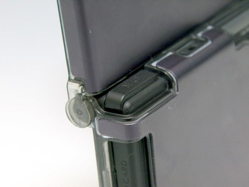 全体にバランスのいい質の高いケースだが、ケースの厚みが加わったことでL/Rボタンと天板が近くなってしまい、操作に若干影響がある