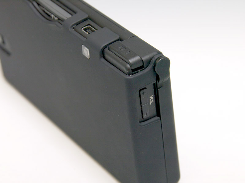 薄型のケースで非常に軽量。開口部にも丸みが施されていて、開口部越しのスイッチ操作なども快適に行なえる。こうしたケースグッズでネックになりがちなL/Rボタンの操作も、ほとんど影響なく行なえた。バランスのいいケースグッズだ