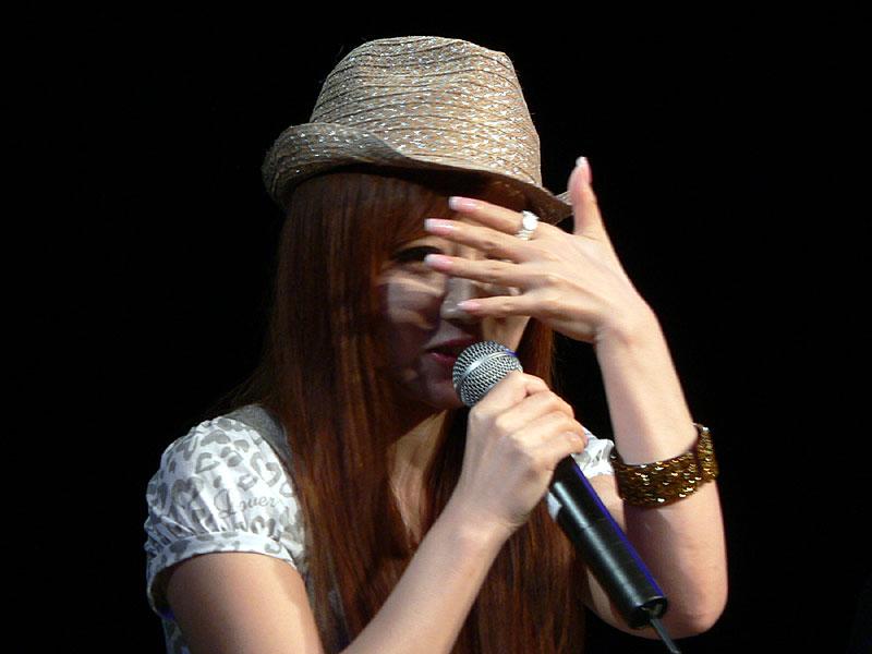 「声の演技のとき、顔を見られるのは恥ずかしいんですよ」と顔を隠す、落合さん