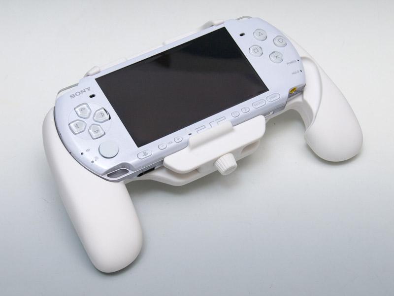 PSP-3000のホワイトとグリップのホワイトをあわせてみた。グリップのほうは少し乳白色をしている