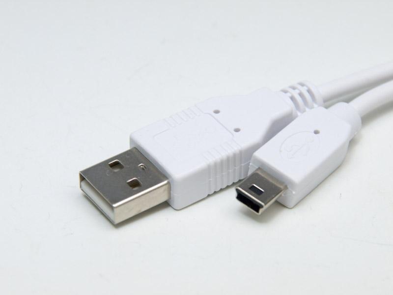 USBケーブルでXbox 360本体と接続し、あとはコントローラーをセットするだけ。基本的にシンプルな製品だ。充電しながらでもコントローラーは使えるのだが、写真のようにL/Rボタンとトリガーが使えないので実用的ではなかった。この点に一工夫あったらより嬉しかったところだ