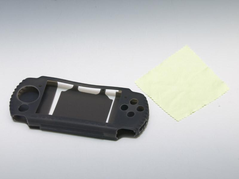シルクタッチ加工を施したシリコンカバーグッズ。クリーニングクロスが付属しているのがカバーにしては珍しい
