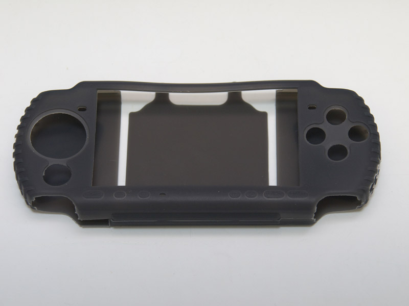 全ての各スイッチ類に開口部からアクセスできるようになっている。側面と背面には滑り止めがついているため、ゴツゴツとした印象を与えるデザインになっている