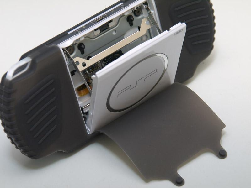 背面のUMDスロット部分は、カバーがめくれるようになっている。固定するのにUSB端子横のネジ穴を使うため、ワンセグチューナー等のUSBユニットと併用するには、カバーをめくったままにすることになる