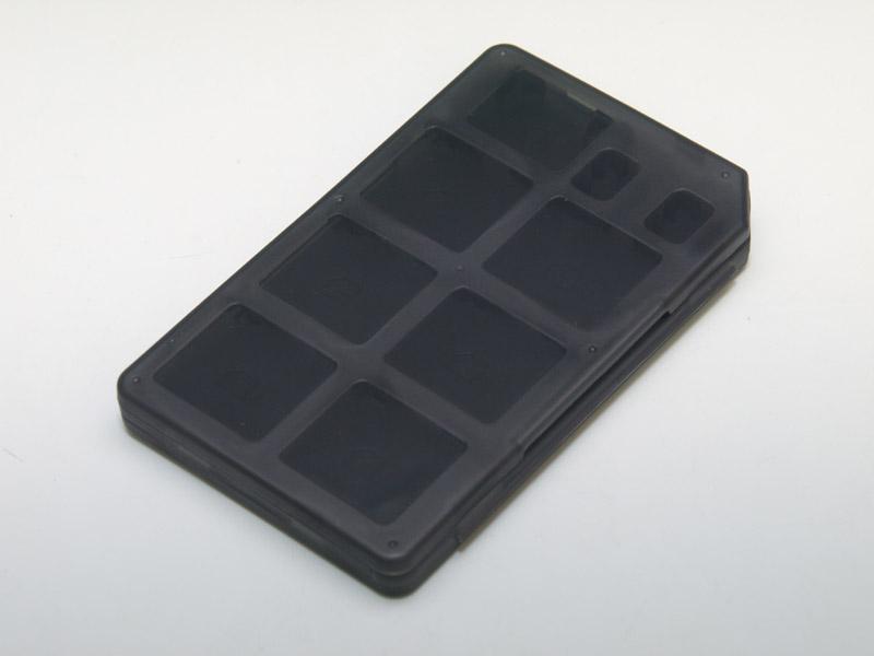 薄くて平べったい形状のカードケース。片面にDSカード6枚とSDカード1枚、microSDカード2枚を収納可能だ。全体にコンパクトにするためか収納部はぎっちりと詰まっているが、空いている箇所から指を差し入れれば簡単にカードを取り出せる