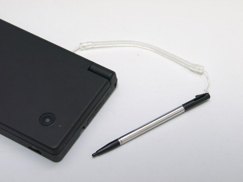 スプリング状のゴムストラップがついた伸縮タイプのタッチペンだ。DSi本体のタッチペンホルダーに収納できる