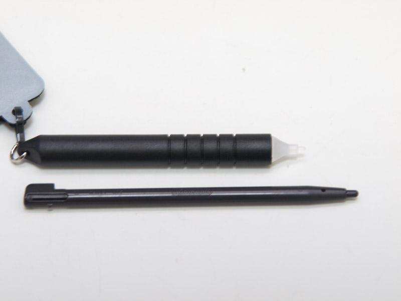 スプリングは十分な長さがあり、タッチペンもクリーナーも実用的。しいて難点を挙げると、DSiにクリーナーとタッチペンがぶら下げたスタイルは、少しゴテゴテとしてくるところで、好みが分かれるかもしれない。全体に不満点の少ないバランスのいいグッズだ