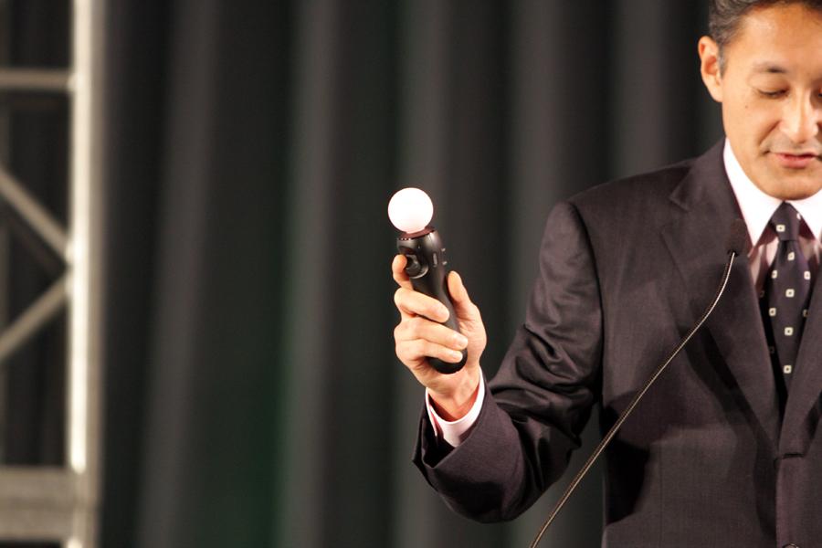 「TGSフォーラム基調講演」で平井氏は「モーションコントローラー」を手にして「2010年春に発売する」と発表した