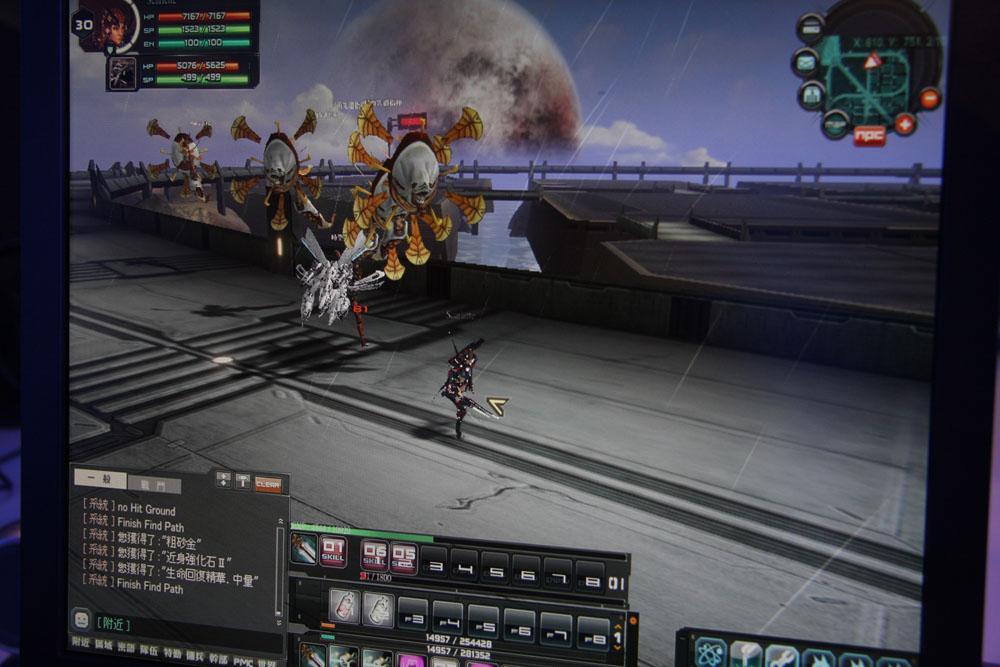 こちらは試遊台からの撮影。異星ならではの不気味な敵キャラクターも本作の魅力といえるだろう。中央は強力な範囲攻撃。右はオオカミ型ロボットが、砲台型に変形する両形態を表示したステータス画面だ