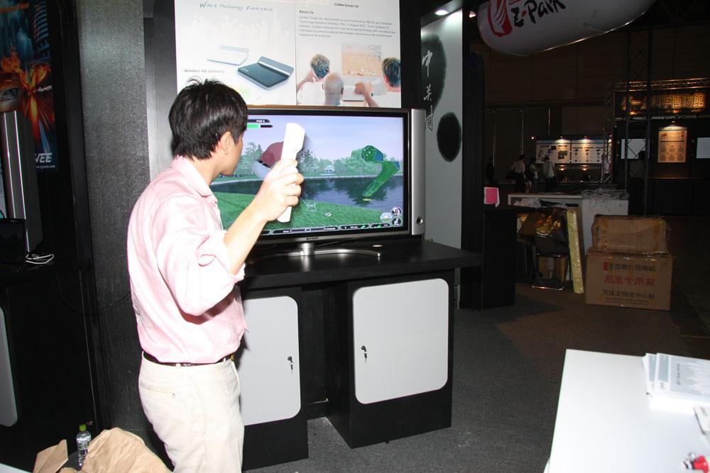 CyWeeというメーカーのコントローラー「CyWee Z」。自社タイトルだけでなく様々なタイトルでもプレイできることをアピールしていた。「中国ではこういうデバイスを売っているのか」と伝わってくる