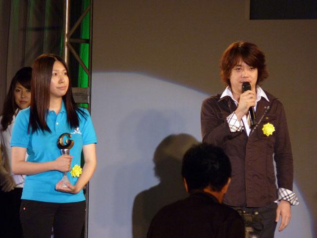 <center><b>「二ノ国」</b></center>日野氏と一緒の登壇したのは、本作に付属する本を作る担当者。彼女のイラストが本と一緒に遊ぶキッカケになったという