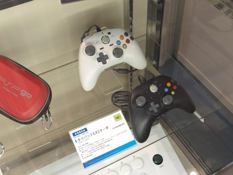 PSPgo用グッズも勢揃い。全て本体と同日に発売される。写真右は2009年冬発売予定のXbox 360用コントローラ「ホリパッドEX2ターボ」