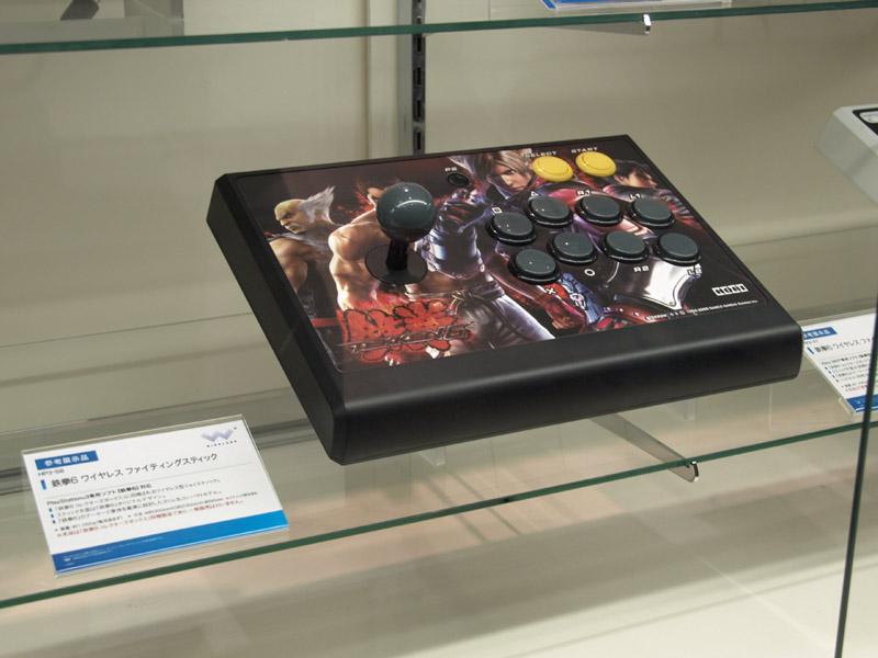「鉄拳6コレクターズボックス」に同梱されるワイヤレスジョイスティック(左写真下および中央写真、右写真)と、リアルアーケードPROベースのワイヤードスティック「鉄拳6 対応 リアルアーケードPro.3」、「鉄拳6対応 リアルアーケードPro.EX」(左写真上:こちらは10月29日に単体発売)。PS3、Xbox 360ともに注目したい製品だ。ワイヤレスジョイスティック単体での販売は現在のところ一般販売は予定されていないが、期待したいところ