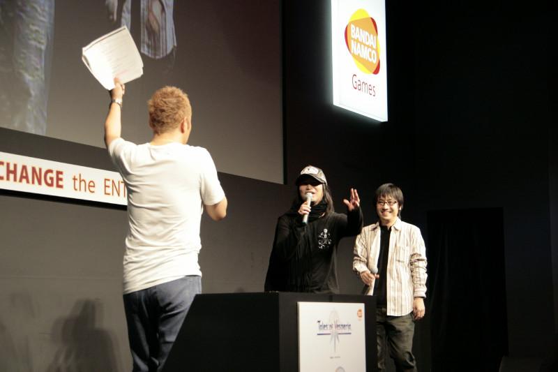 MCの小野坂さんとはもはや息もぴったり? の「TOV」パートのゲスト鳥海さん、樋口プロデューサーは、劇場版「TOV」の舞台挨拶情報、バンダイナムコゲームス物販情報などを告知