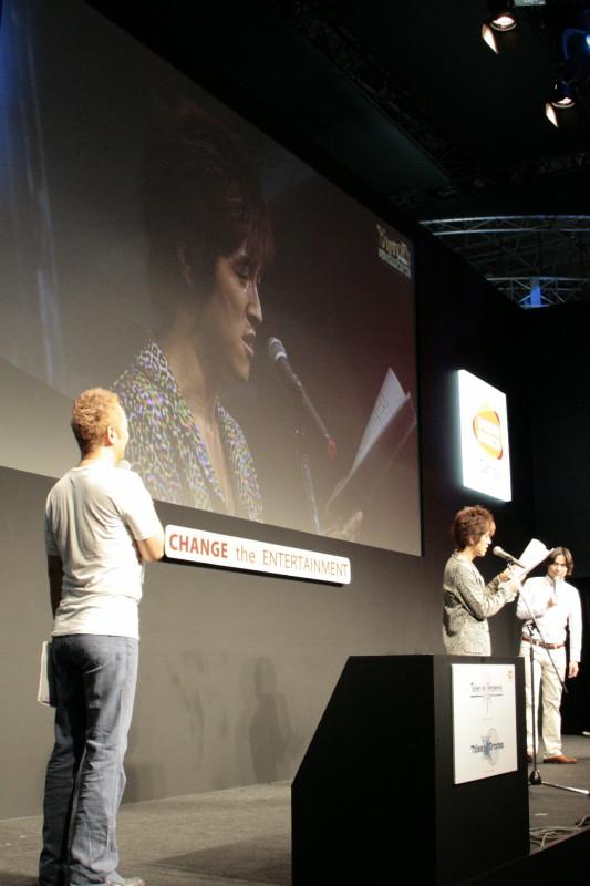 「やっぱり テイルズ オブ」恒例の公開スキット。一般公開日初日に登壇した櫻井さんが、会場で生録音したスキットにあわせて(写真左)、2日目に花澤さんと水島さんが生スキットであわせるという初めての試みとなった(写真右)