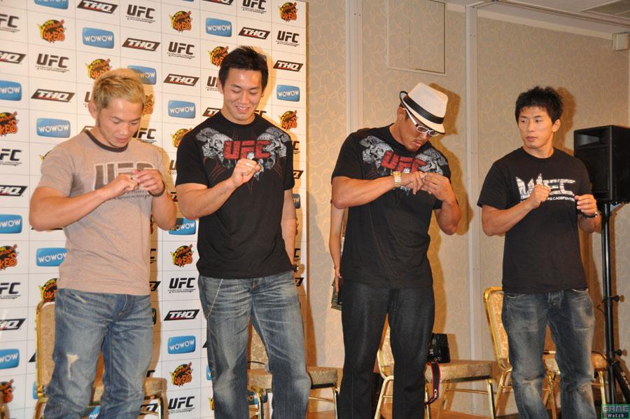 ゲストとして登場した日本人トップファイターには、UFCを運営するZUFFAを代表して、ニューメディア アカウントマネージャーの石橋亮作氏から8角形のリングをイメージした記念品の指輪「オクタゴンリング」が贈呈された。司会進行氏から「特別なものということで、ぜひポーズをとって写真におさまってください!」とすすめられるも、なんともいえない微妙な雰囲気に会場や選手たちから笑みがこぼれる