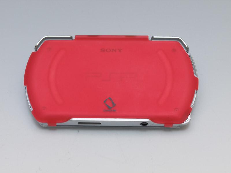 スライドディスプレイ側のカバーは液晶画面部分を開口しているタイプ。前面が厚みのしっかりあるクリアカバーなのに対して、背面は色のある薄いプレートのようなカバーになっている