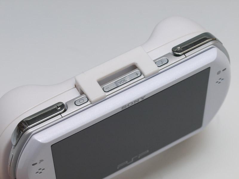シンプルな作りのグッズだが、側面のスイッチや端子類などは全てアクセスできるなど、不満点の少ないグッズだ。コンパクトな筐体のPSPgoだけに、ホールド感と操作性の向上はかなり魅力的