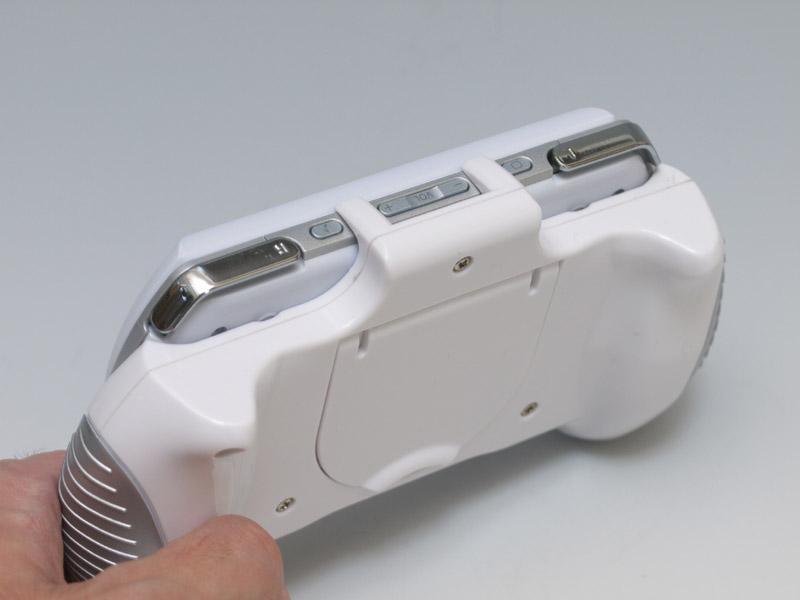 適度な大きさのグリップと、側面の滑り止めなど、ホールド感と操作性の向上効果はかなり好印象。だが、側面のスイッチが完全に触れなくなってしまうのは厳しいところだ