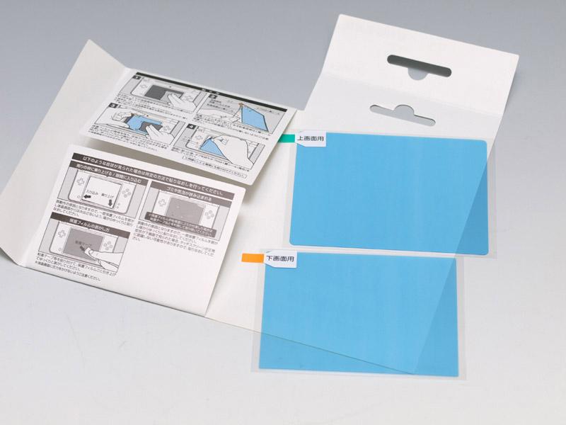 パッケージは上下1枚ずつ液晶保護フィルターが封入されている。クリーニングクロスは付いていない