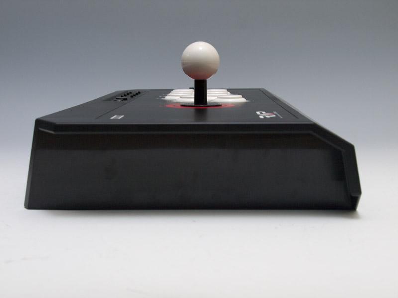 横幅は増しているが、高さや縦のサイズは「リアルアーケードPro.3」よりもコンパクトになっている。接続ケーブルは背面側にある収納ボックスに収納しておけるようになっていて、使う長さの分だけ外に出せる