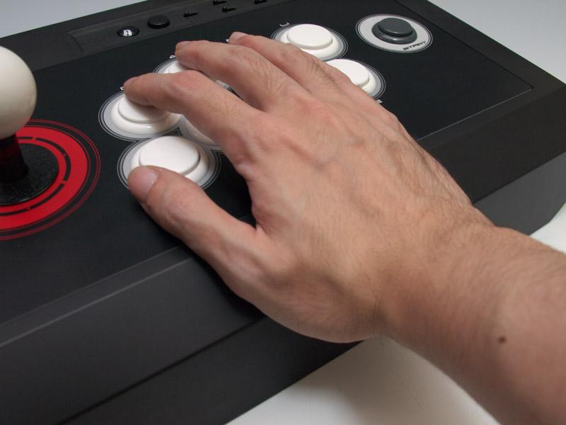 アーケード筐体と同じ角度で付けられている手前の傾斜。手を置いたときのしっくりくる感触はまさしくそのもの