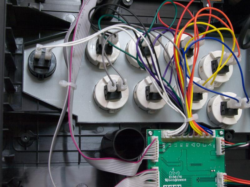 内部はわりと余裕があって、スッキリとした作りになっている。各端子からのケーブルが集まっている基盤にはボタンのプリントがされていてわかりやすい。右下の写真はネジを封印しているシールだ