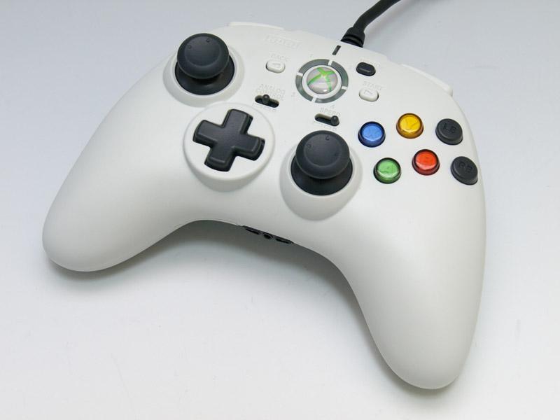 純正コントローラーに近い形状だが、前面に6ボタンを配置していることや、十字型の方向パッドなど特徴が多い