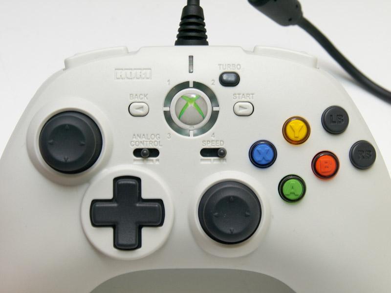 6ボタンの配置は左アナログスティックの位置と比べると低めに位置していて、斜めに並んでいる