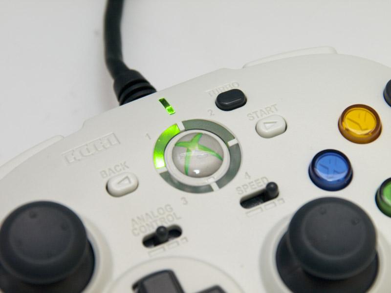 前面に6ボタンを配置しているが、通常の位置にもLB/RBはある。写真右は純正の有線コントローラと並べたところ。サイズや形状はかなり近い