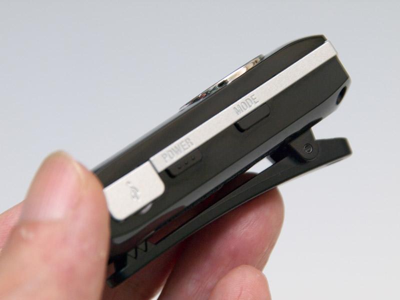 かなり小型だが、メディアファイルをコントロールするためのボタン類もしっかりと搭載されている。携帯電話で使うときに着信等に使う「マルチファンクションボタン」も備えている