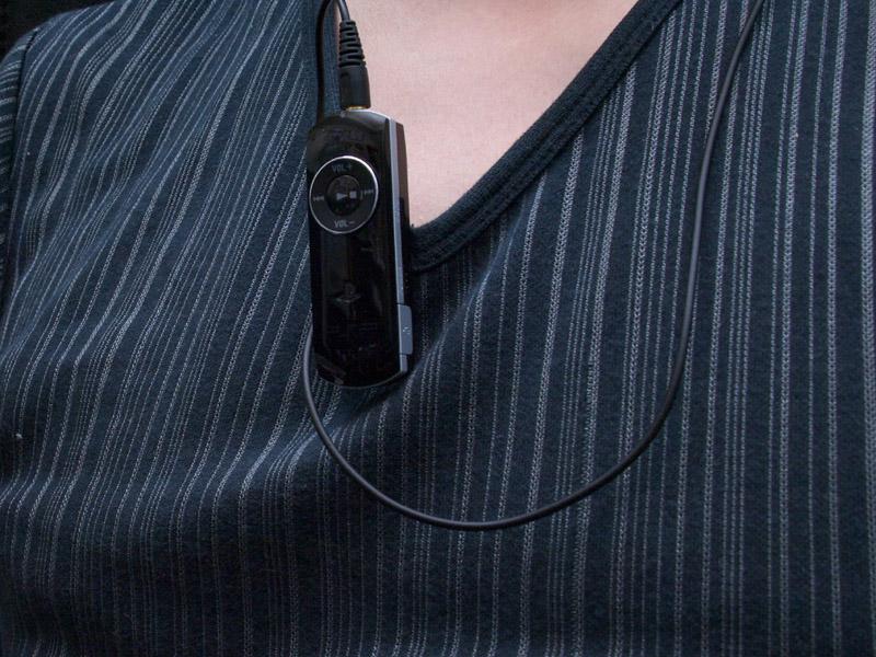 レシーバーを身につけるとこんな感じに。クリップで胸元やポケットに付けられるほか、ストラップホールにストラップを付けて首から下げる付け方も可能だ