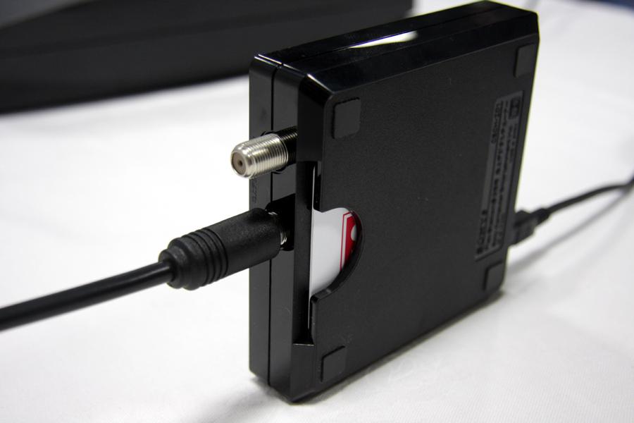 地デジチューナ部分のアップ。左写真が前面から上面で、右写真が背面から底面のもの。B-CASカードは底面の裏側から差し込む仕様となっている。PS3と接続するUSBは前面で、アンテナは背面となっている