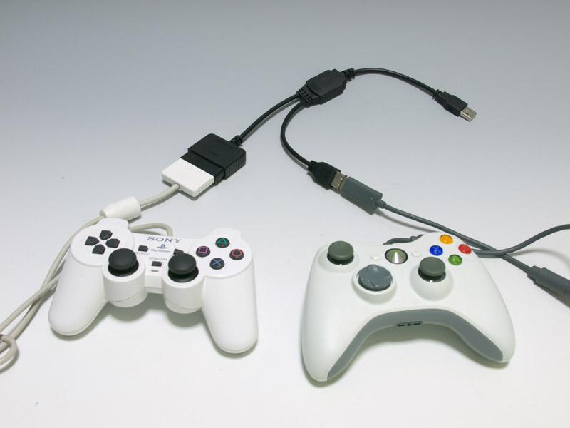 写真のようにコントローラーを接続する。PS2コントローラーのほかにXbox 360用の有線コントローラーが必要だ