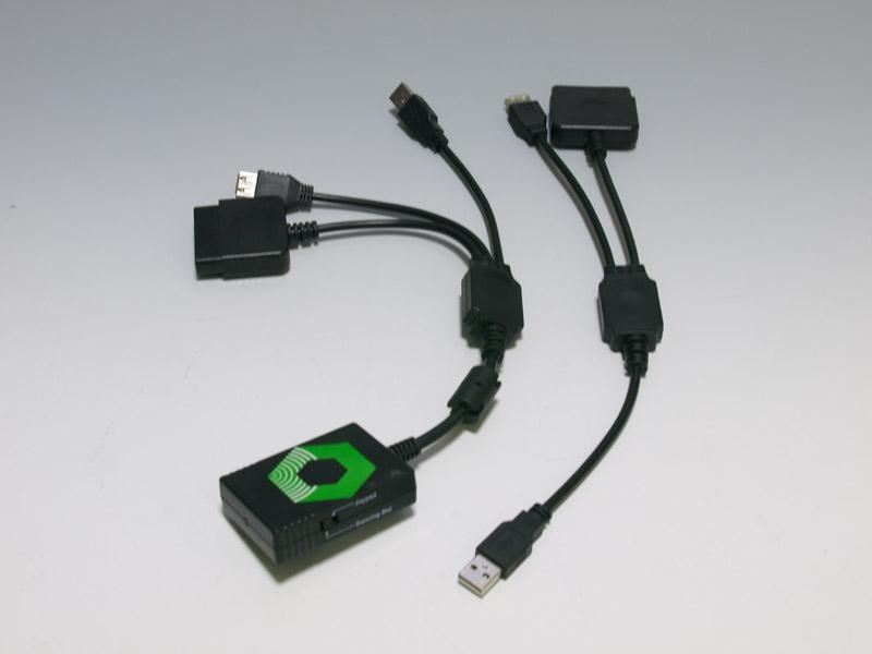 左が「PS2 to Xbox 360 Converter」、右はサイバーガジェットのもの。ケーブル中央のパーツが同じで、全体の素材も同じだ