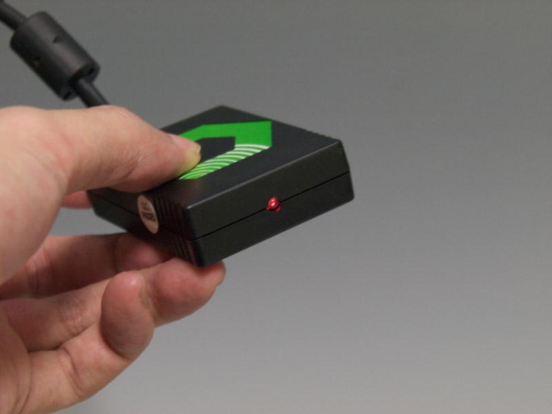 サイバーガジェットのコンバータとの一番の違いは、ボックス型の装置にあるキーアサインの切替スイッチ。パッド型コントローラーとダンスマットコントローラーの2タイプに切替できる
