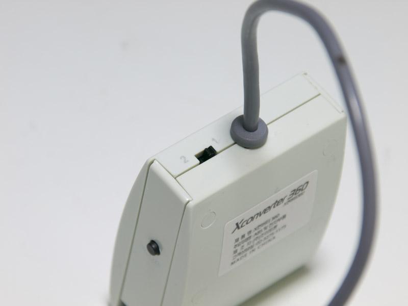 コンバータの右側面にはXboxガイドボタンと同等の機能を持つHOMEボタン(電源オンはできない)、奥側の側面にはキーアサインの切替スイッチがある。切替スイッチはパッド型コントローラー用とハンドルコントローラー用の2タイプに切り替えられる