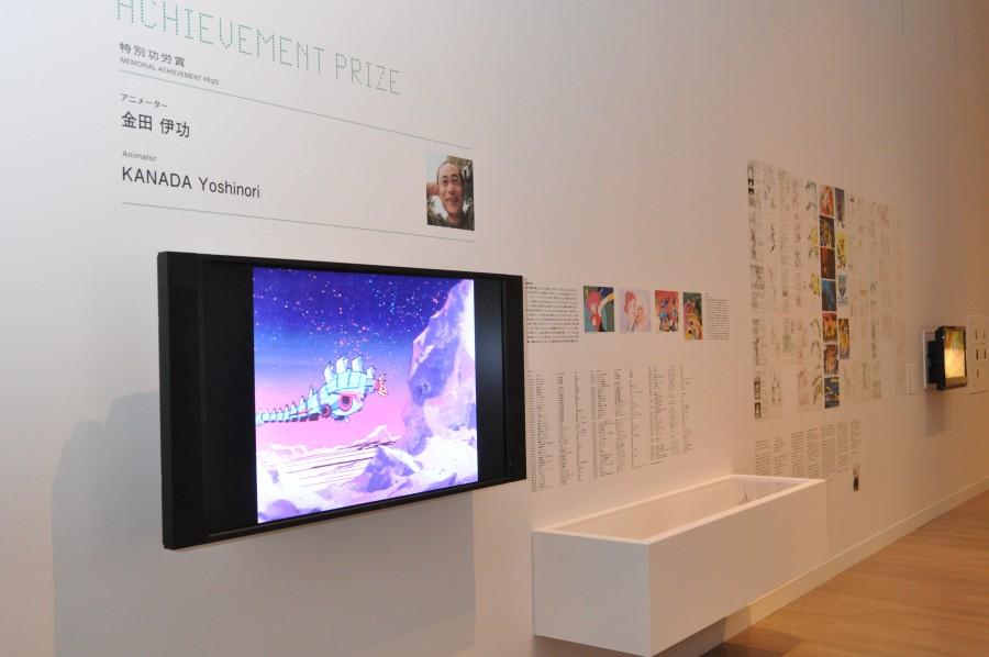 アニメからゲームまで、金田氏の業績に関する記述のほか「ファイナルファンタジーXIII」、「FINAL FANTASY」、「半熟英雄 対 3D」、「半熟英雄4 7人の半熟英雄」、「武蔵伝II ブレイドマスター」、「鋼の錬金術師 FULLMETAL ALCHEMIST -黄昏の少女-」、「すばらしきこのせかい」のコンテなど開発資料が展示されている