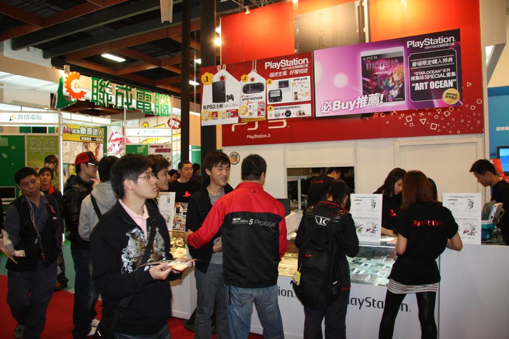 台湾ゲームショウ名物の即売コーナー。SCE Asiaブースでは、「ファイナルファンタジー XIII」か「キングダムハーツ Birth by Sleep」購入者に抽選でクリエイターのサイン入りグッズが貰えるキャンペーンを実施していた